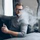 Homme avec cigarette électronique